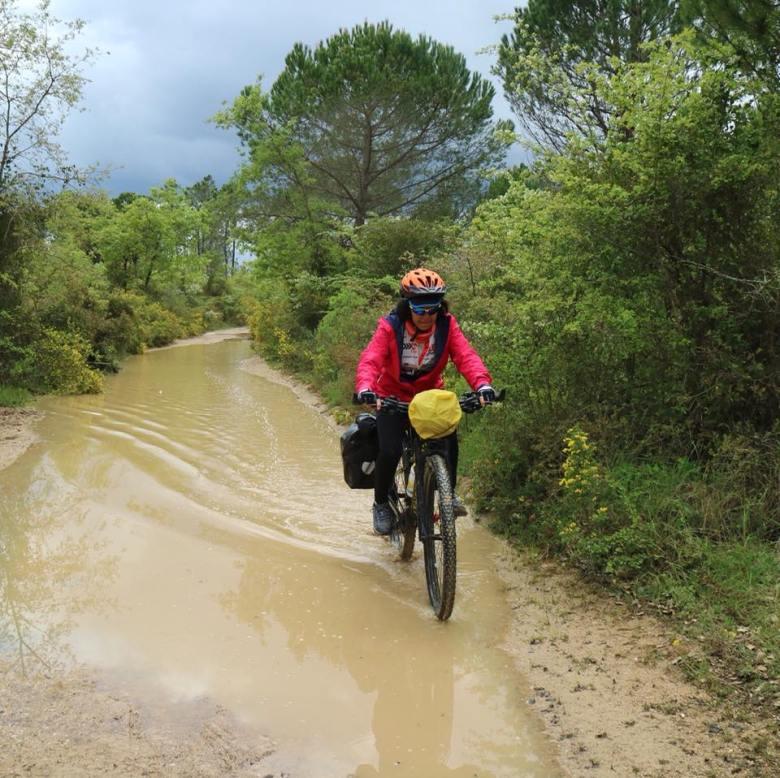 María Adela en bici con su reto de recaudar fondos para el tratamiento de cánceres raros