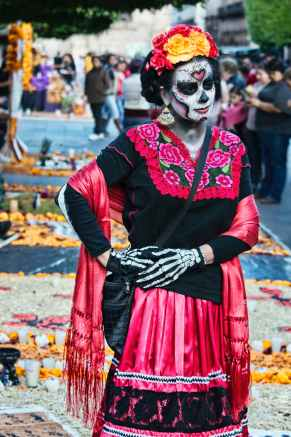 muerte y cultura photo of woman wearing traditional dress