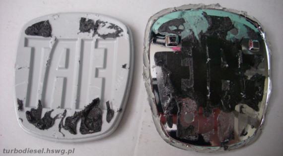 Emblemat Fiat z odklejonym logo