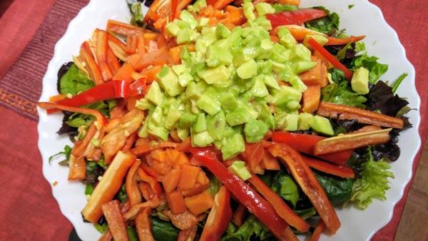 Ensalada de papaya y aguacate con lentejas