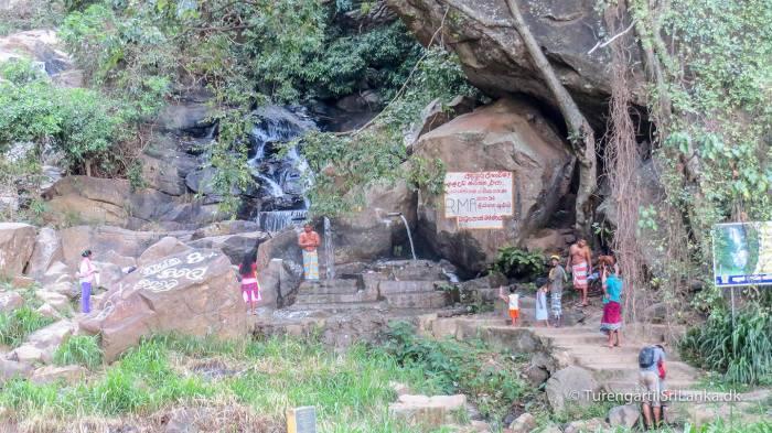 Rawana Ella - De lokale tager sig et bad ved vandfaldet