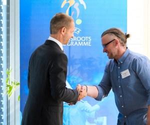 Aleksander Čeferin presents the award to FC Sækó coach Bergϸór Grétar Böðvarsson©UEFA
