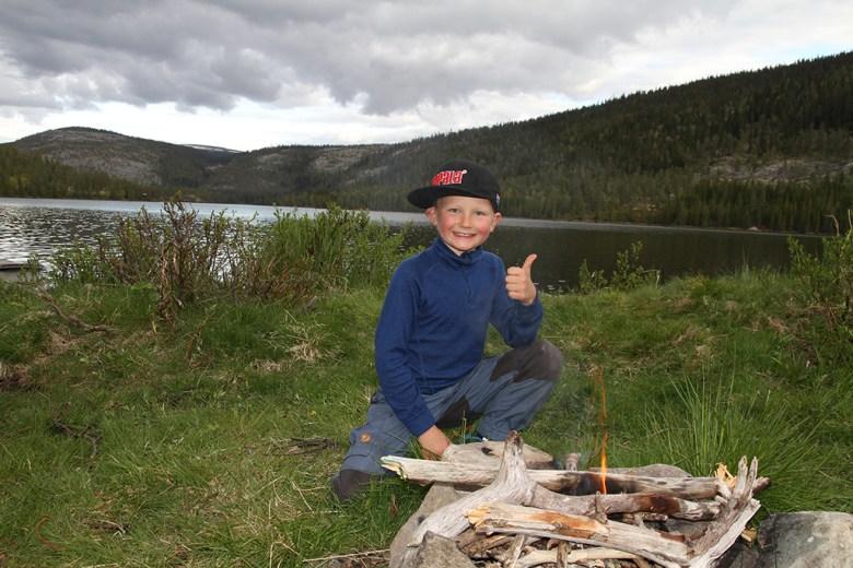 Marius (7) har funnet mye beverved og laget bål