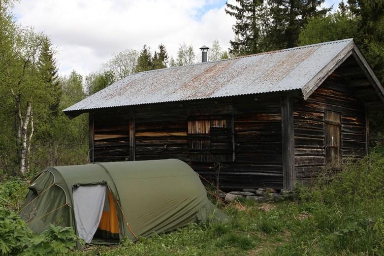 Vi satt opp teltet vårt i le av en gammel koie
