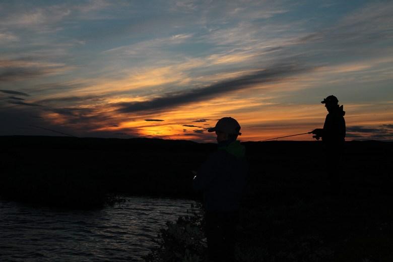 Midnattssola har forsvunnet fra horisonten og vi fisker sent utover kvelden
