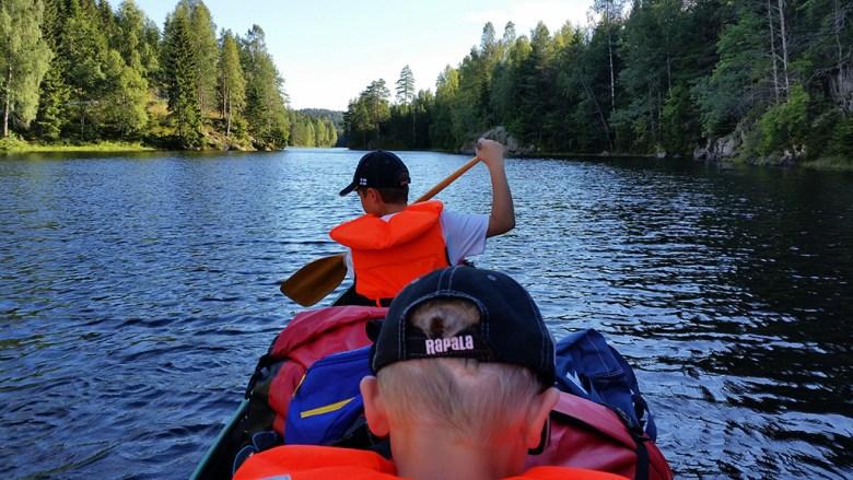 Med fullastet kano padler vi i fortroppen innover