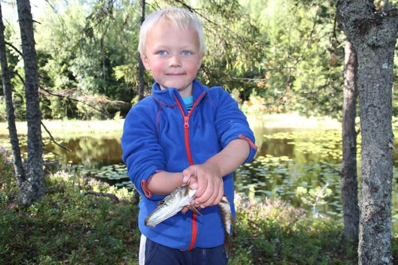 Håkon (5) med ei lita gjedde