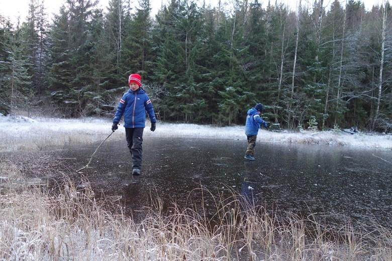 Moro å gli rundt på speilblank is innerst i bukta