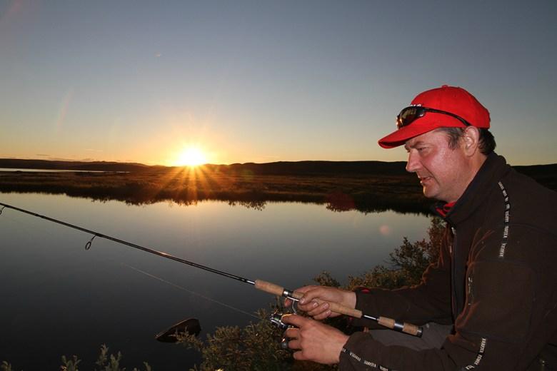Runar prøver sent fiske uten hell