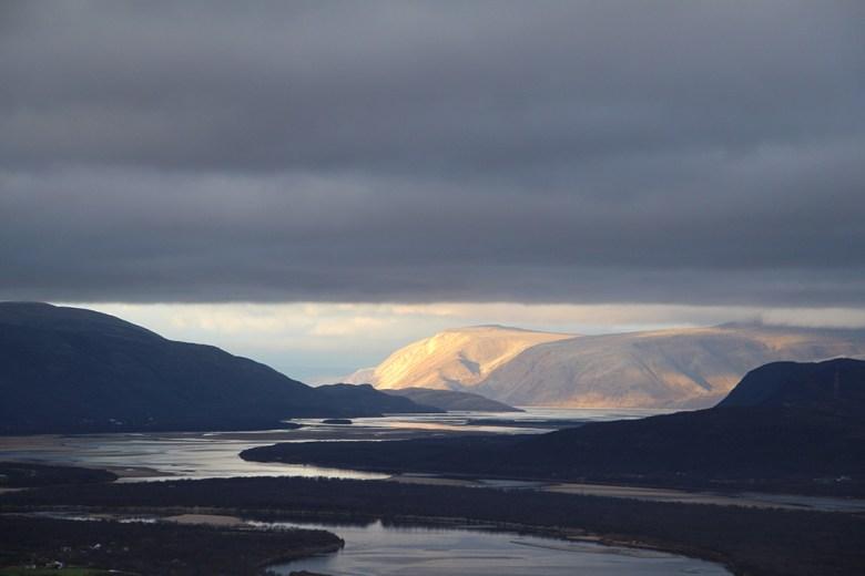 Fin utsikt fra Holmfjell og ned til Tanamunningen