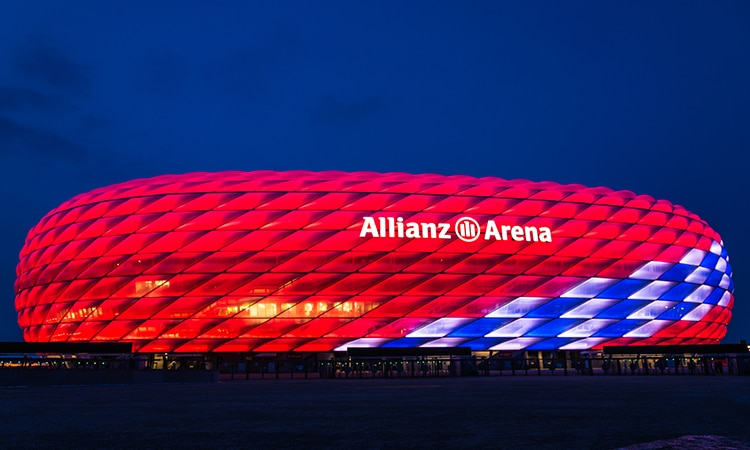allianz arena em munique iluminado
