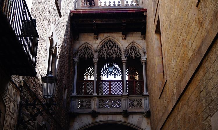conheça o bairro gótico em barcelona