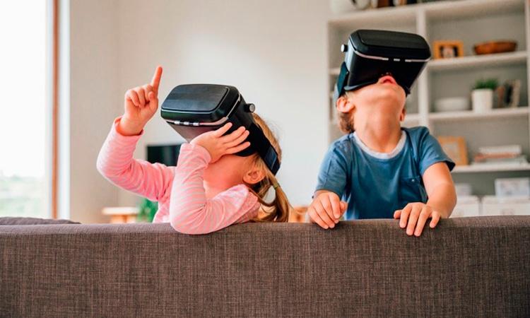 crianças em uma tour virtual