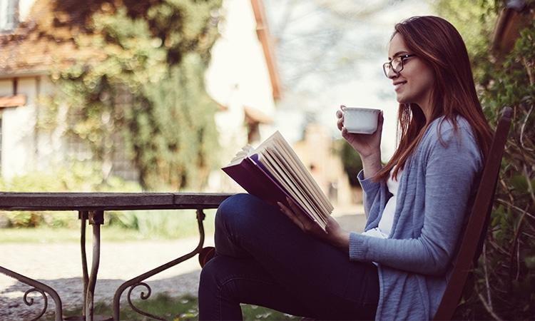 Livros sobre viagens lendo na varanda