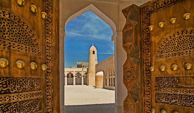 DOHA, QATAR. Nacida del poder del petrodolar, Doha se erige como una ciudad moderna, presuntuosa y llena de rascacielos en medio del desierto. Con la mayor renta per capita del mundo gracias a sus reservas de gas y petróleo, Doha es un verdadero oasis de prodigios, donde parece que todo lo que se sueña, se consigue. Lujosos hoteles y fastuosos centros comerciales constrastan con la otra cara de la ciudad (la más auténtica): sus tradicionales zocos y mezquitas.