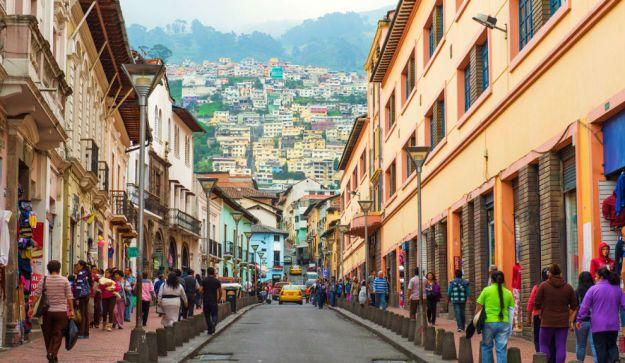 QUITO, ECUADOR. El centro histórico de Quito es un verdadero tesoro. En 1978 fue declarado Patrimonio Cultural de la Humanidad por la UNESCO, siendo una de las primeras ciudades en recibir tal reconocimiento. La capital de Ecuador está asentada en un lugar natural único: entre volcanes andinos y a 2.800 metros sobre el nivel del mar. Recorrer su centro histórico requiere tiempo, mucho tiempo: ocupa 320 hectáreas, lo que le convierte en el más grande de América.