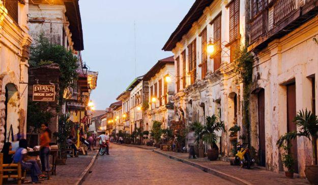 VIGAN, FILIPINAS. Es tal su valor histórico y arquitectónico, que ha sido declarada como Ciudad Patrimonio de la Humanidad por la UNESCO. Se trata de una encantadora ciudad colonial española de calles empedradas y casas con toques europeos. Es también la ciudad colonial mejor conservada de todo Asia.