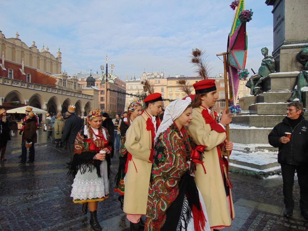 Grupo folclórico desfila pelas ruas de Cracóvia