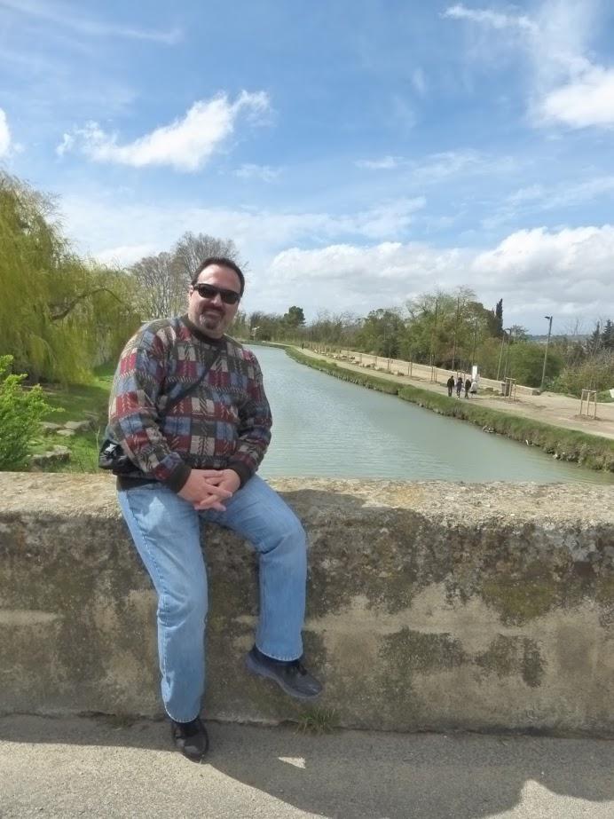 Eu na foto posada com o canal, em Colombiers