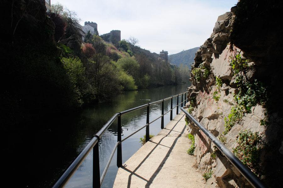 Paso por el río Sil en el puente de la Puebla