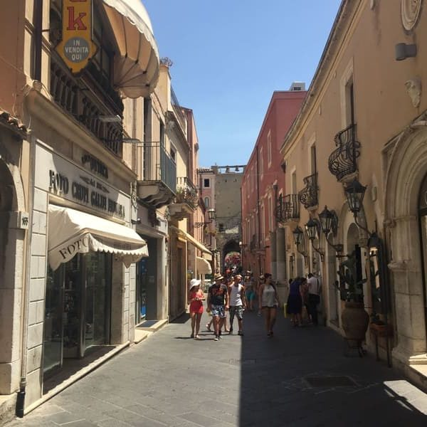 Corso Umberto I no centro histórico de Taormina.