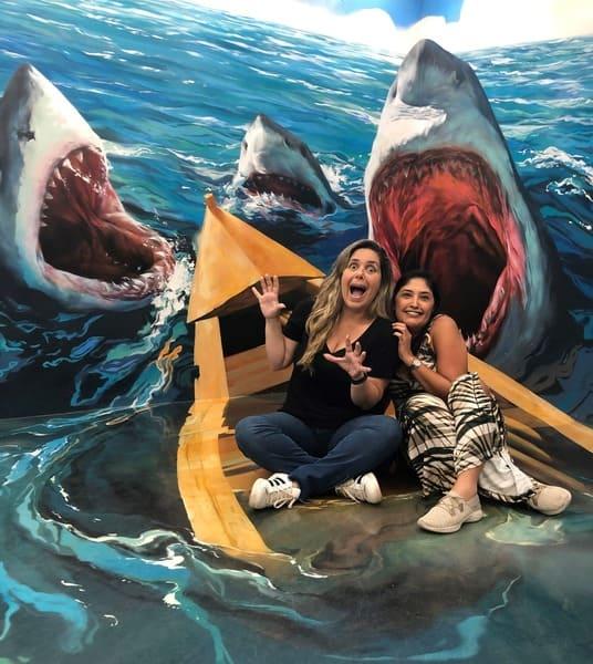 Museu de Ilusões: painel com os tubarões.