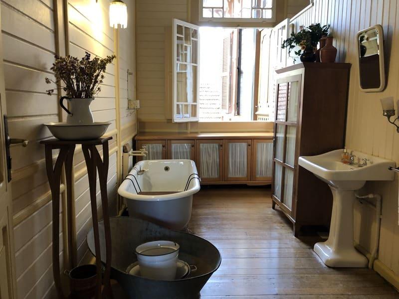 Típico banheiro do início do século XX no Castelinho Caracol.