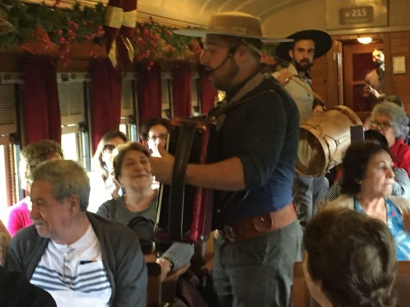 Apresentação de sanfoneiros durante o passeio de Trem Maria Fumaça entre Bento Gonçalves e Carlos Barbosa.