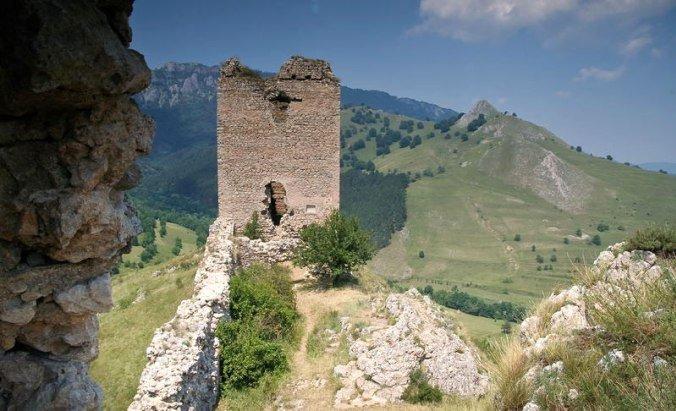 Coltesti - castle walls