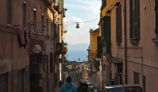 Napoli Calata San Francesco, dal Vomero a Chiaia lungo scale, scalelle, terrazzi panoramici ed edicole votive