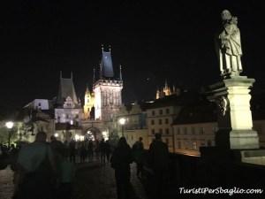 Repubblica Ceca on the road Ponte Carlo di notte