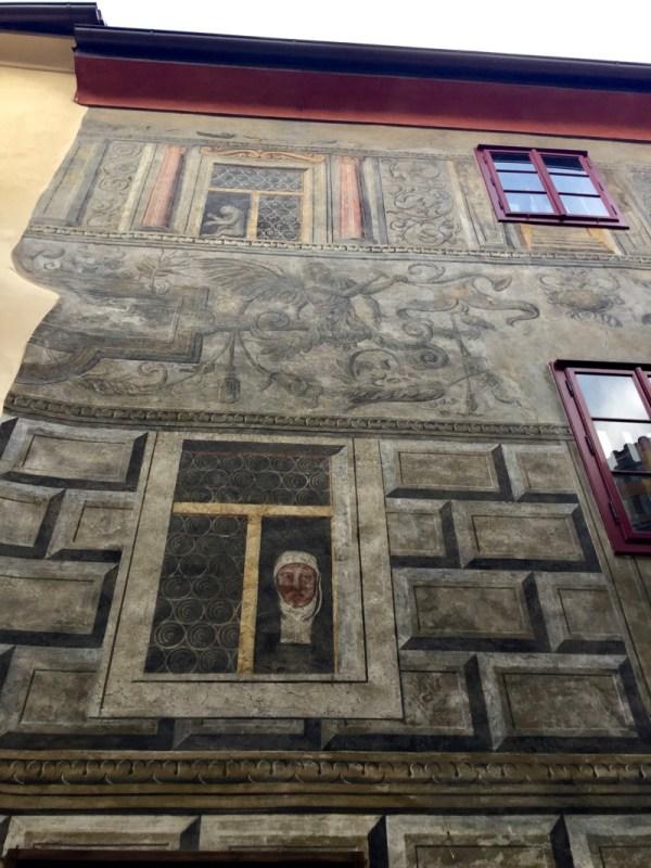 Cesky Krumlov case a graffito