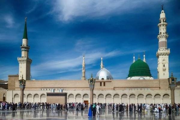 Suudi Arabistan Umre ziyaretlerini askıya aldı.