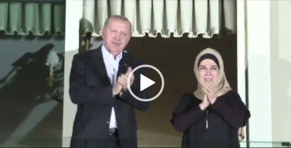 شاهد بالفيديو أردوغان يصفق مشاركاً بحملة التصفيق في تركيا