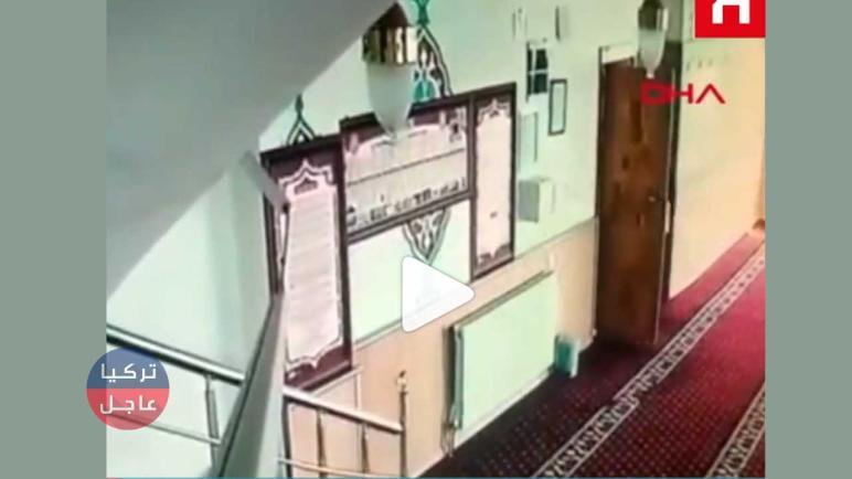فيديو.. بكل وقاحة دخلت المسجد بدون حجاب وسرقت صندوق الصدقات في تركيا