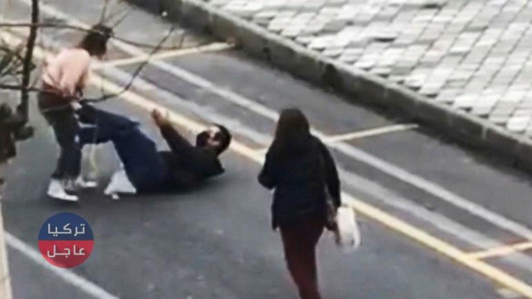 تركيا .. امرأة تنشر الرعب وتهـ.ـاجم المارة في أحد شوارع ولاية أيدن (فيديو)