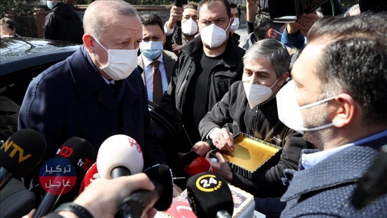 شاهد أردوغان يُفاجئ أثناء توجهه لأداء صلاة الجمعة (بالفيديو)