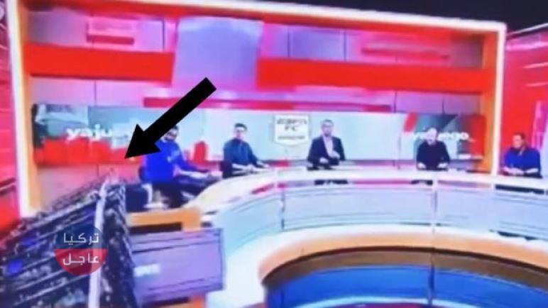شاشة كبيرة تهوي فوق أحد الضيوف ضمن برنامج رياضي وأثناء بث مباشر (شاهد)