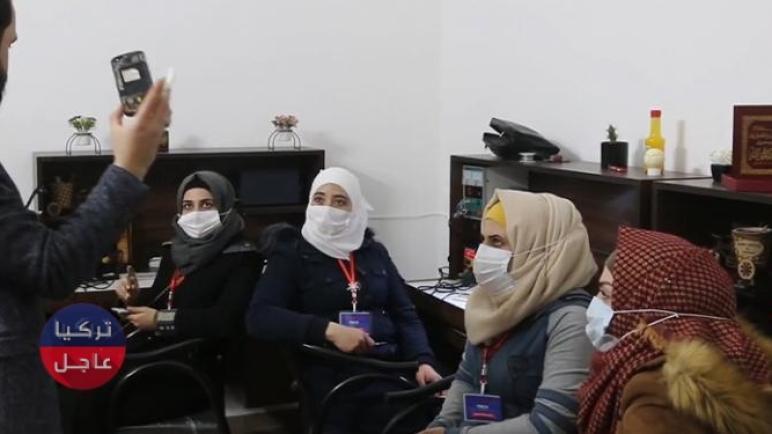 شابة في إدلب تنافس الرجال في سوق إصلاح الهواتف والأجهزة (فيديو)