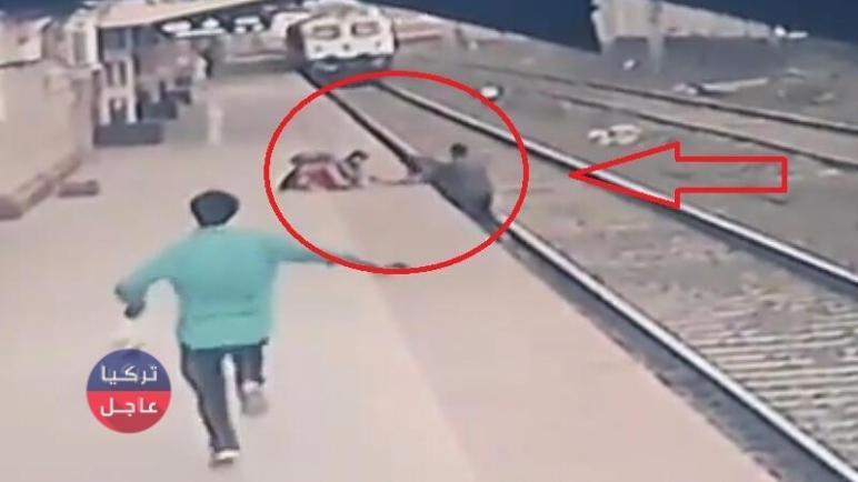 في اللاحظات الأخيرة عامل في محطة قطار ينقذ طفلاً بلمح البصر (شاهد بالفيديو)