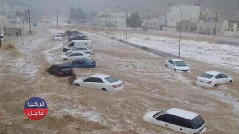 """سيول جارفة في مكة """"السعودية"""" تجرف معها السيارات والمواطنين (فيديوهات)"""