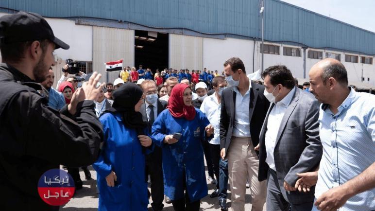 صورة تثير السخرية لـ بشار الأسد خلال جولة ميدانية في المدينة الصناعية بحمص