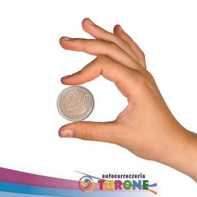 Una moneta da 2 € può aiutarti a capire se il tuo parabrezza può essere riparato! Se la scheggiatura è più piccola della moneta corri dai nostri specialisti e chiedi se p possibile riparare il vetro senza sostituirlo! Generalmente i vetri si scheggiano in seguito a sassi o altro materiale che può schizzare da altre vetture in movimento o ancora a causa di sbalzi termici. Se troviamo, dunque, il nostro vetro scheggiato è sempre bene ripararlo, anche perché una piccola crepa può ingrandirsi rendendo necessario sostituire tutto il vetro, oltre al fatto che diventa un pericolo per la guida.