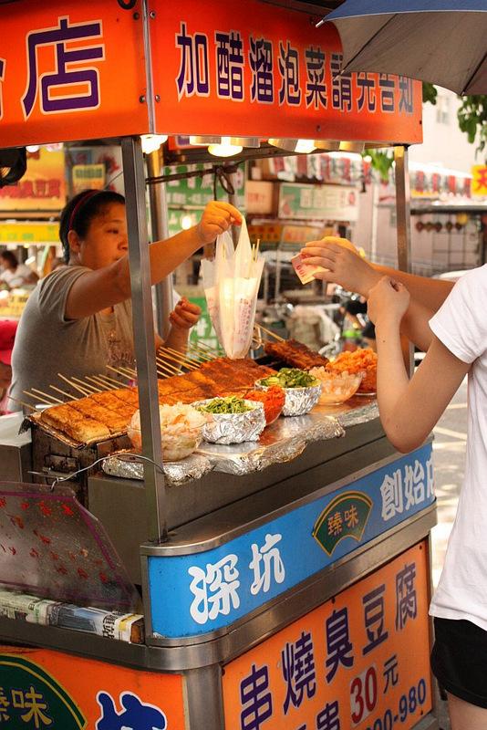 Tapei-shengkeng-grilled-stinky-tofu-stand