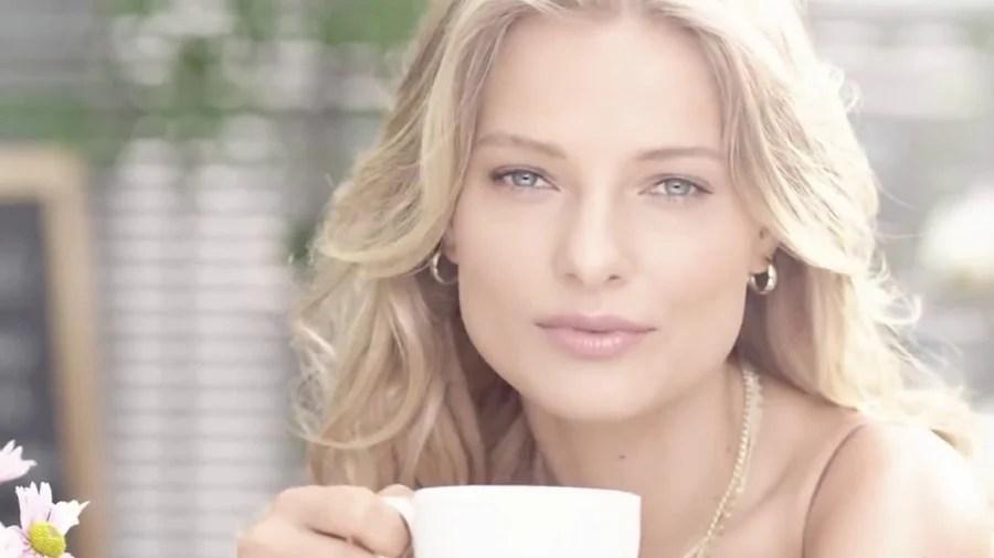 mujer con belleza natural y hidratante de color