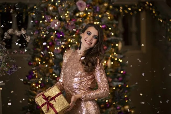chica muestra que regalar en Navidad