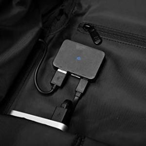 bateria externa cargando móvil de mochila