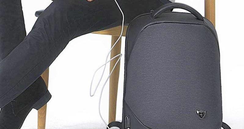 persona sentada con una Mochila Antirrobo color negro