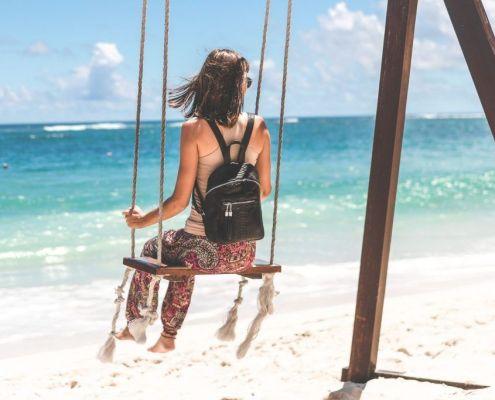 bolso de mujer con usb en la playa