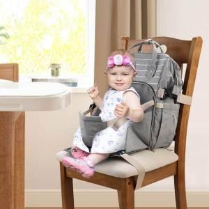 Bebe sentado en una mochila